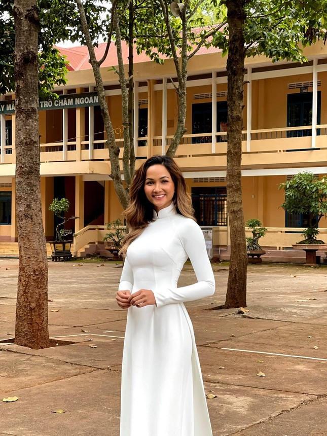 Dàn Hoa-Á hậu khoe sắc tinh khôi với áo dài trắng, gửi lời chúc may mắn tới các sĩ tử