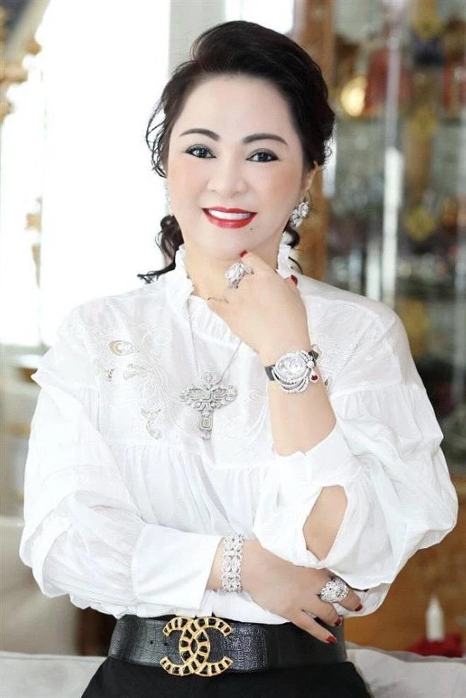 Bà Phương Hằng đeo vòng kim cương giá bằng căn biệt thự-1