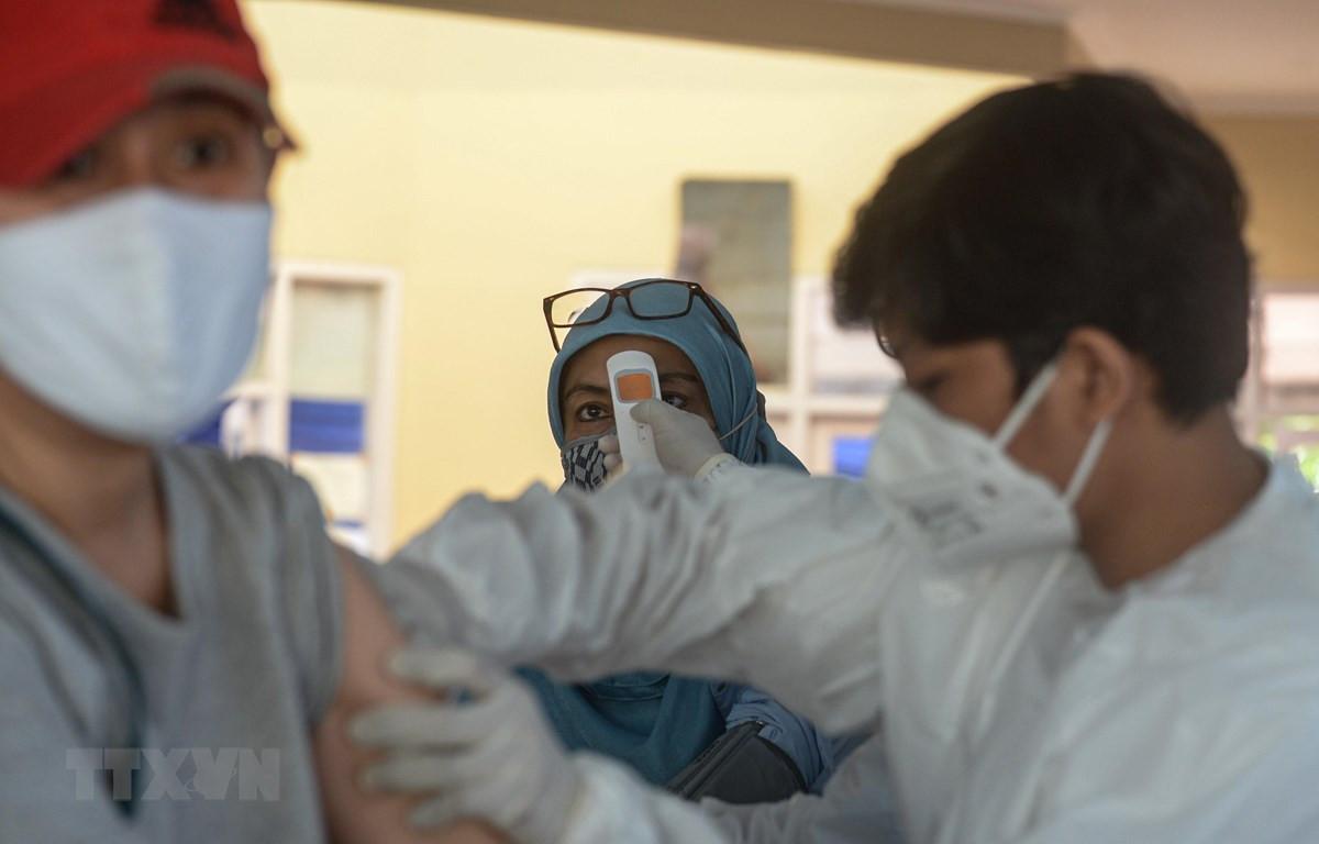 Nhân viên y tế tiêm vaccine phòng COVID-19 cho người dân tại Nam Tangerang, Indonesia, ngày 14/6/2021. (Ảnh: THX/TTXVN)
