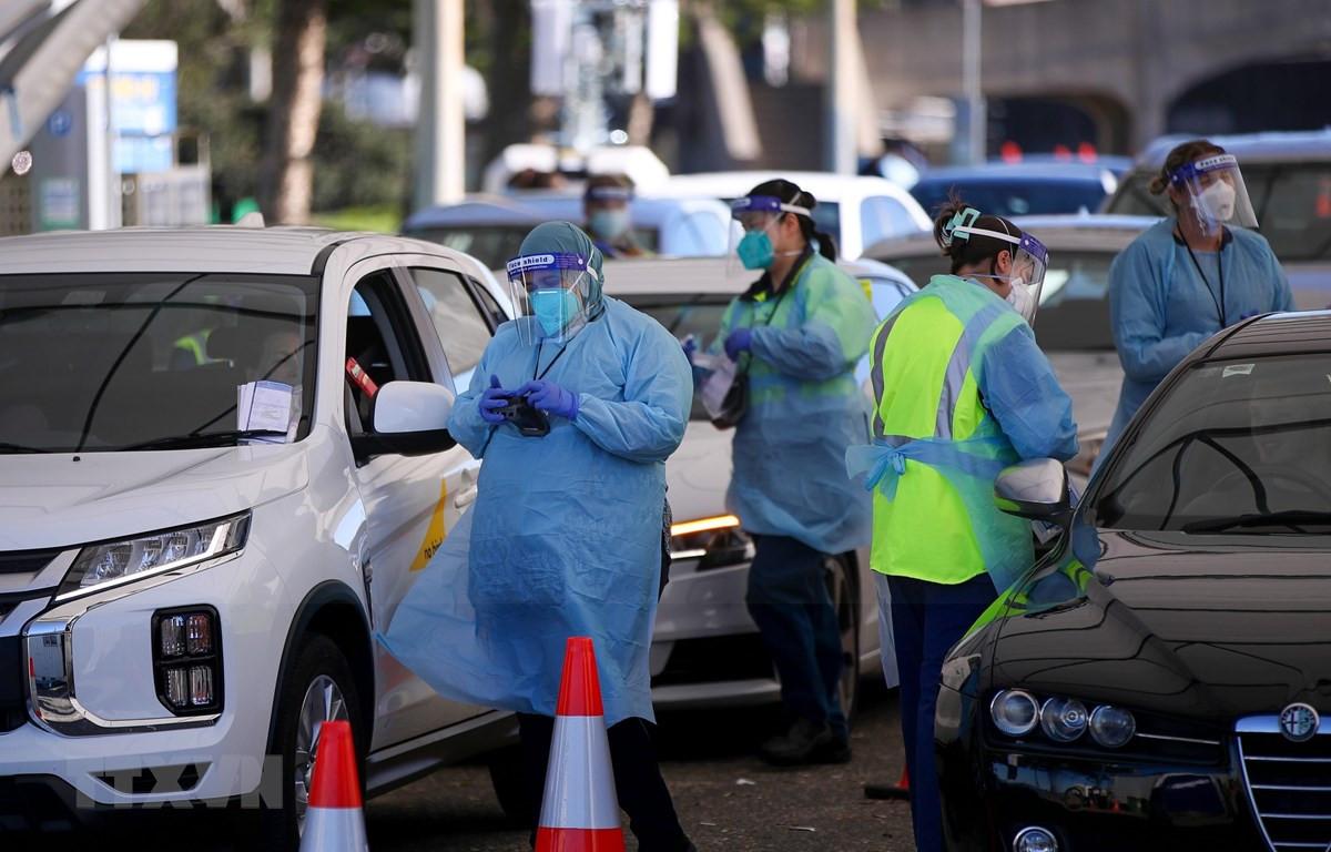 Nhân viên y tế lấy mẫu xét nghiệm COVID-19 cho người dân tại Sydney, Australia, ngày 17/6/2021. (Ảnh: THX/TTXVN)