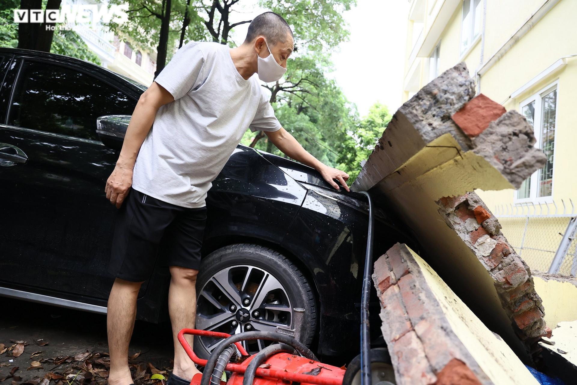 Cận cảnh dàn ô tô bị bức tường trường mầm non sập đổ đè bẹp ở Hà Nội - 5