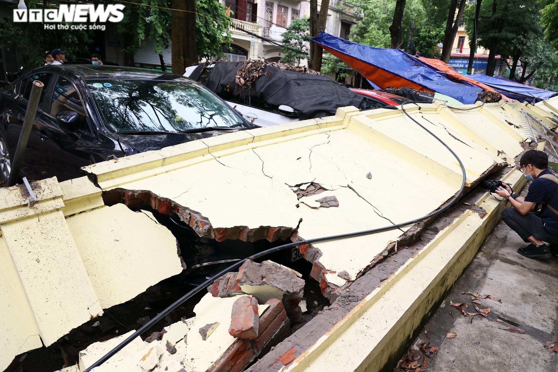 Cận cảnh dàn ô tô bị bức tường trường mầm non sập đổ đè bẹp ở Hà Nội - 1