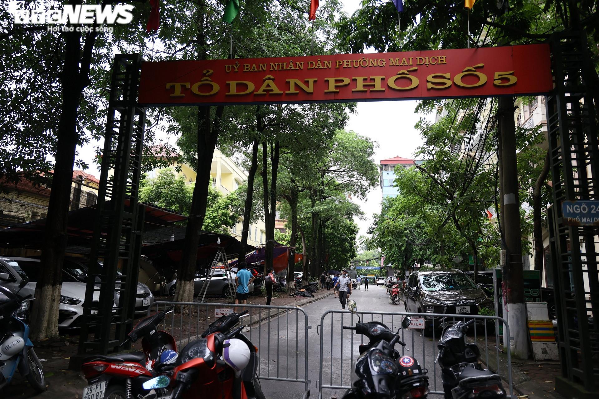 Cận cảnh dàn ô tô bị bức tường trường mầm non sập đổ đè bẹp ở Hà Nội - 10