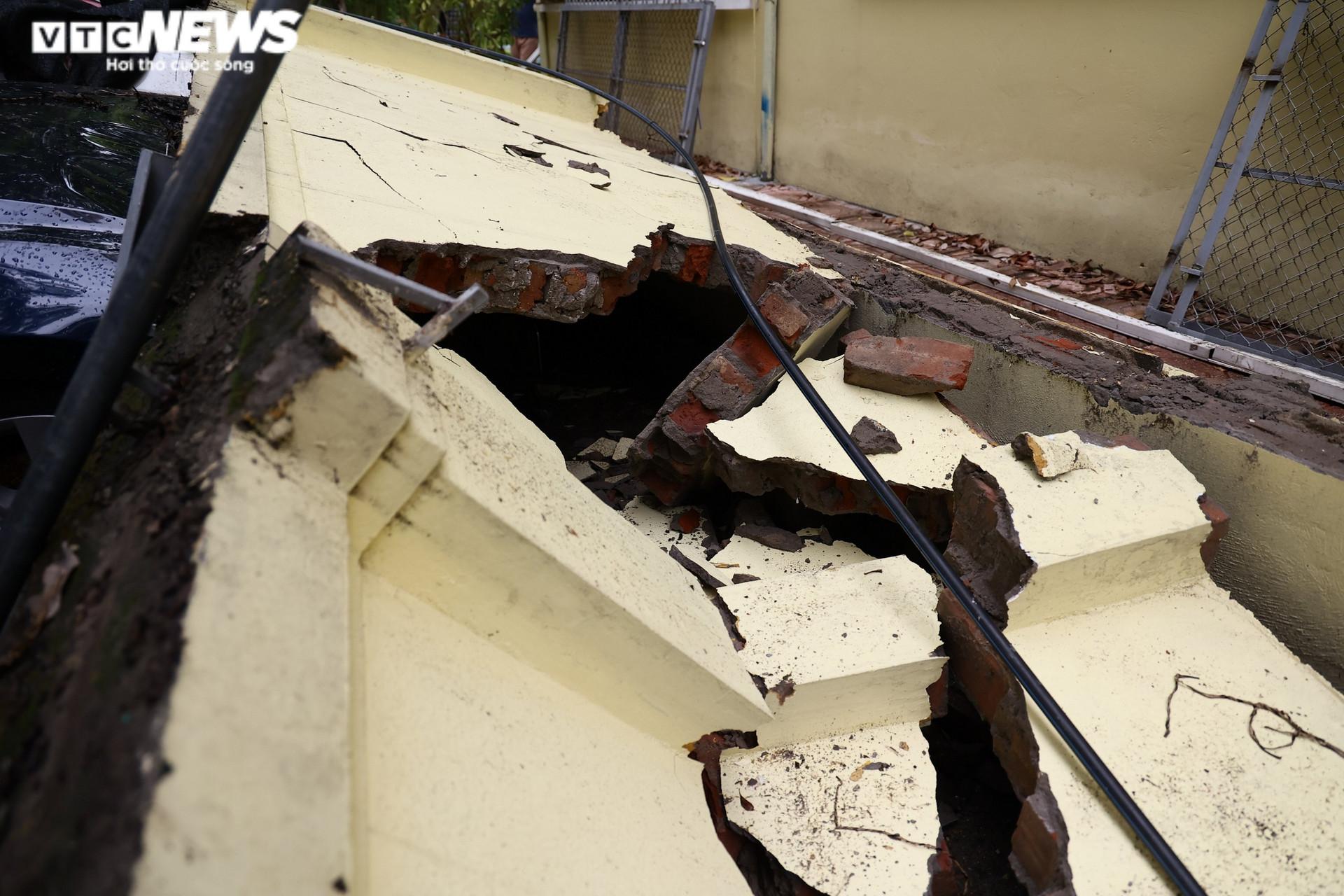 Cận cảnh dàn ô tô bị bức tường trường mầm non sập đổ đè bẹp ở Hà Nội - 4