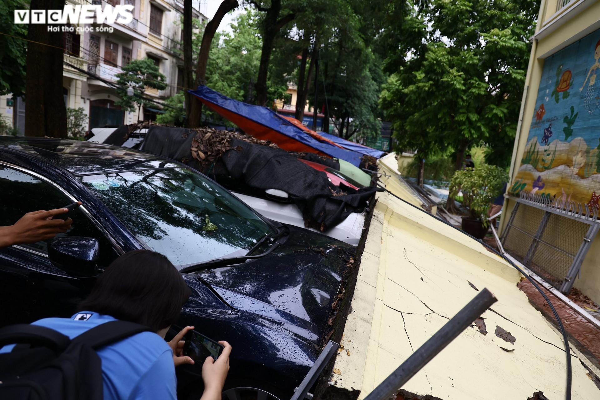 Cận cảnh dàn ô tô bị bức tường trường mầm non sập đổ đè bẹp ở Hà Nội - 3