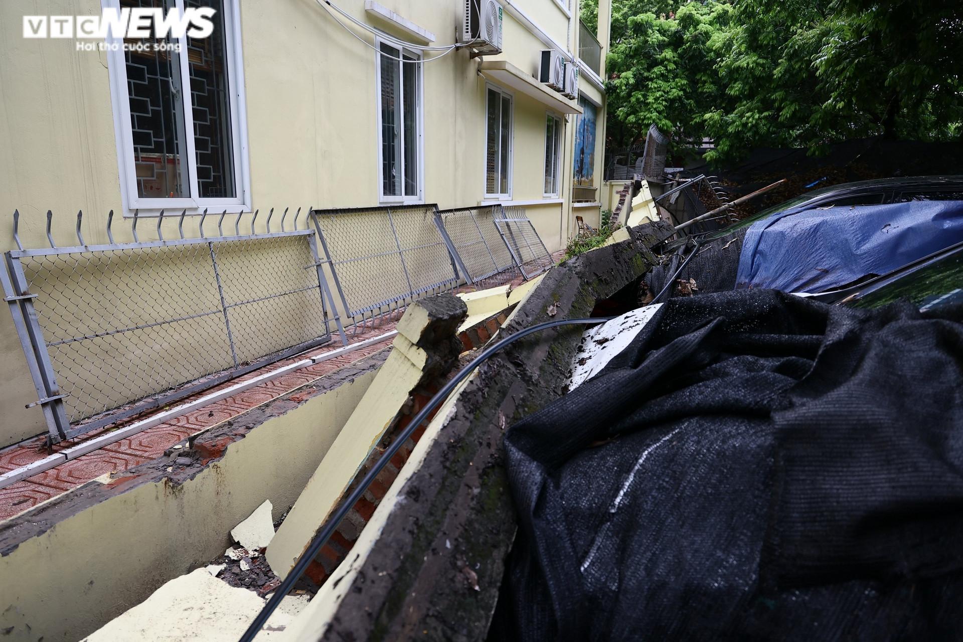 Cận cảnh dàn ô tô bị bức tường trường mầm non sập đổ đè bẹp ở Hà Nội - 9
