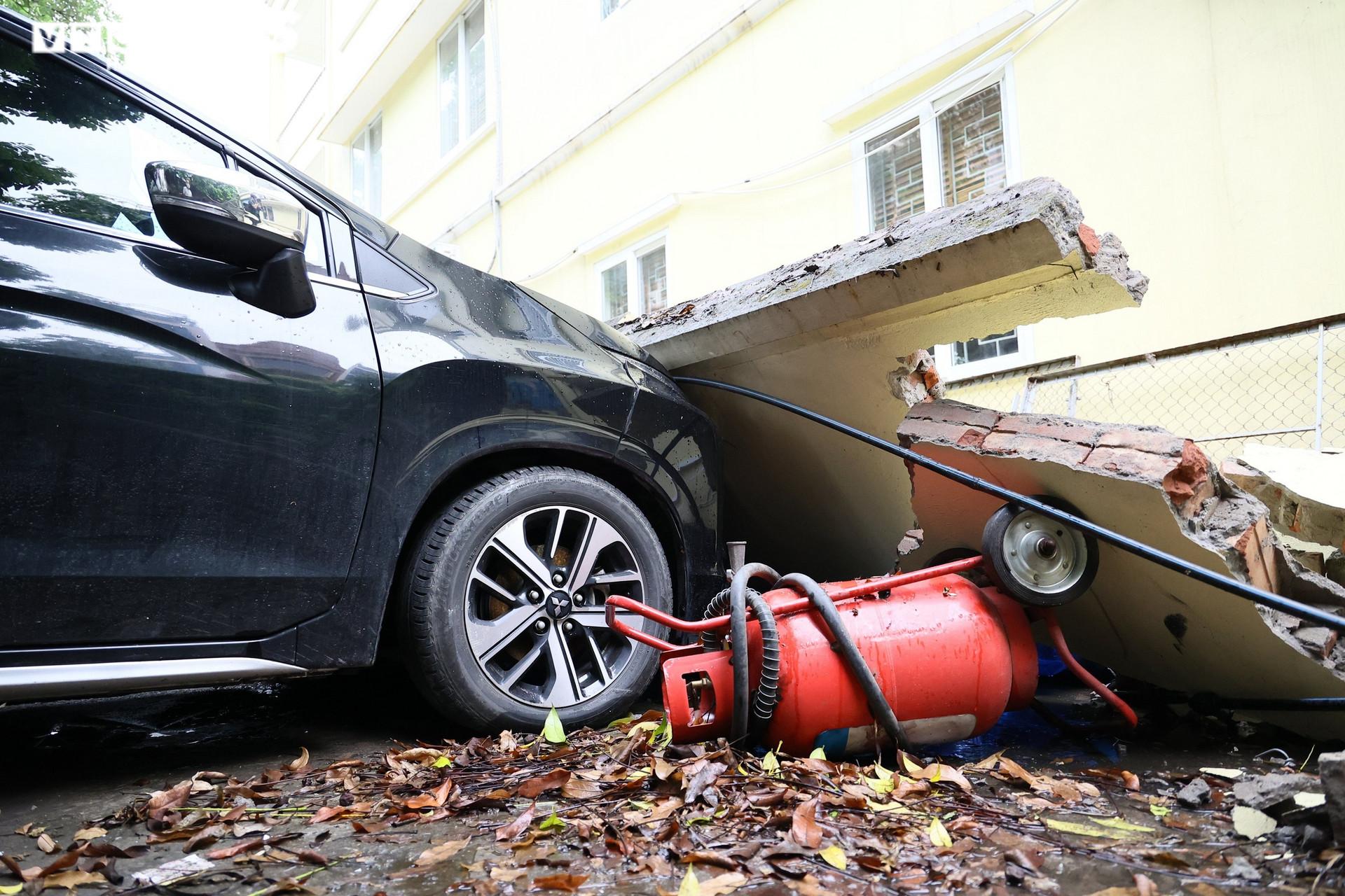 Cận cảnh dàn ô tô bị bức tường trường mầm non sập đổ đè bẹp ở Hà Nội - 2