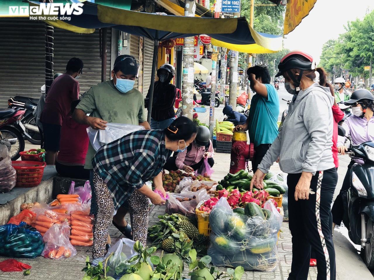 Giá thực phẩm tại các chợ truyền thống ở TP.HCM tăng mạnh - 2