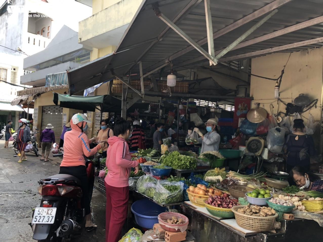 Giá thực phẩm tại các chợ truyền thống ở TP.HCM tăng mạnh - 1