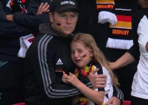 Bị chế nhạo vì khóc nức nở trên khán đài EURO 2020, bé gái được quyên tiền ủng hộ hơn 1 tỷ đồng và cái kết ấm lòng-3