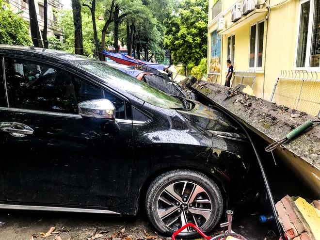 Hiện trường bức tường đổ sập đè trúng 12 ô tô ở Hà Nội-2