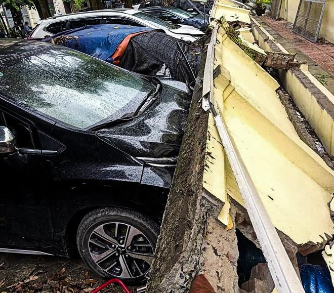 Hiện trường bức tường đổ sập đè trúng 12 ô tô ở Hà Nội-1