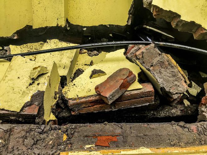 Hiện trường bức tường đổ sập đè trúng 12 ô tô ở Hà Nội-10
