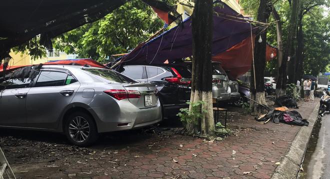 Hiện trường bức tường đổ sập đè trúng 12 ô tô ở Hà Nội-3