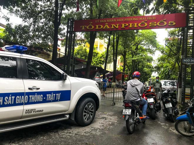 Hiện trường bức tường đổ sập đè trúng 12 ô tô ở Hà Nội-4