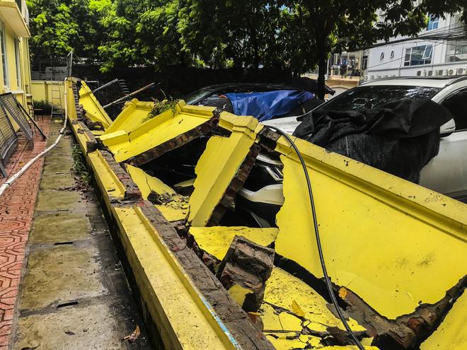 Hiện trường bức tường đổ sập đè trúng 12 ô tô ở Hà Nội-5
