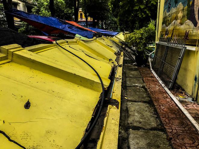 Hiện trường bức tường đổ sập đè trúng 12 ô tô ở Hà Nội-9