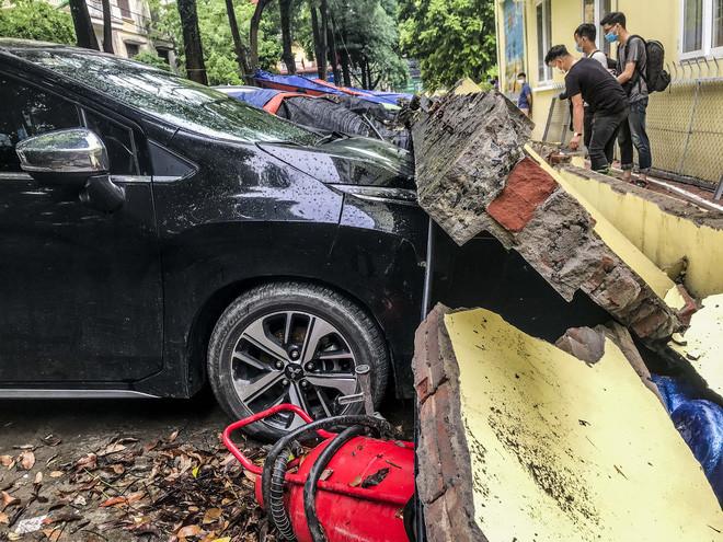 Hiện trường bức tường đổ sập đè trúng 12 ô tô ở Hà Nội-11