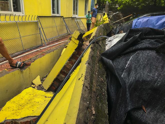 Hiện trường bức tường đổ sập đè trúng 12 ô tô ở Hà Nội-13