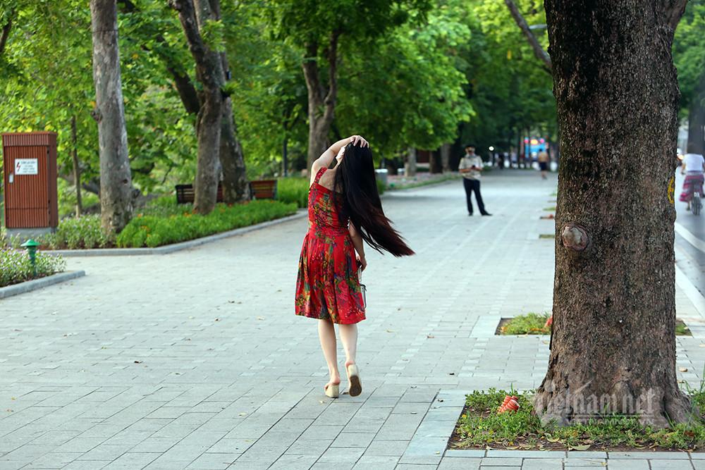 Cô gái thả dáng mặc bảo vệ tuýt còi nhắc hạn chế ở nơi công cộng