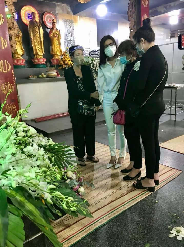 Xúc động ảnh Cao Thái Hà ôm tro cốt Đức Long về nhà mới-2