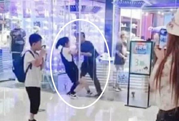 Vòi mua đồ không được, cô gái đánh người yêu giữa trung tâm thương mại - 1