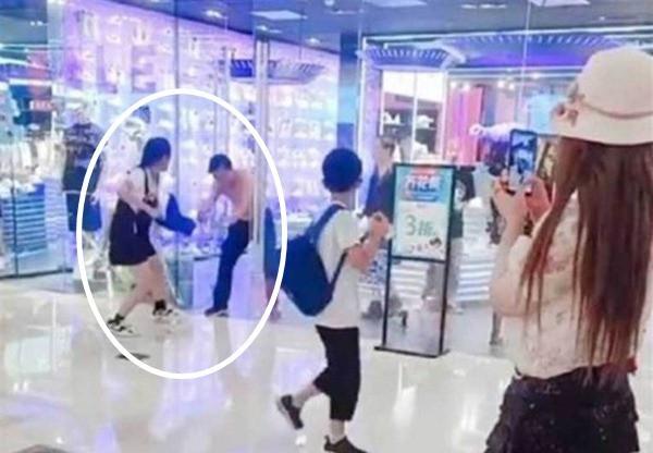 Vòi mua đồ không được, cô gái đánh người yêu giữa trung tâm thương mại - 2