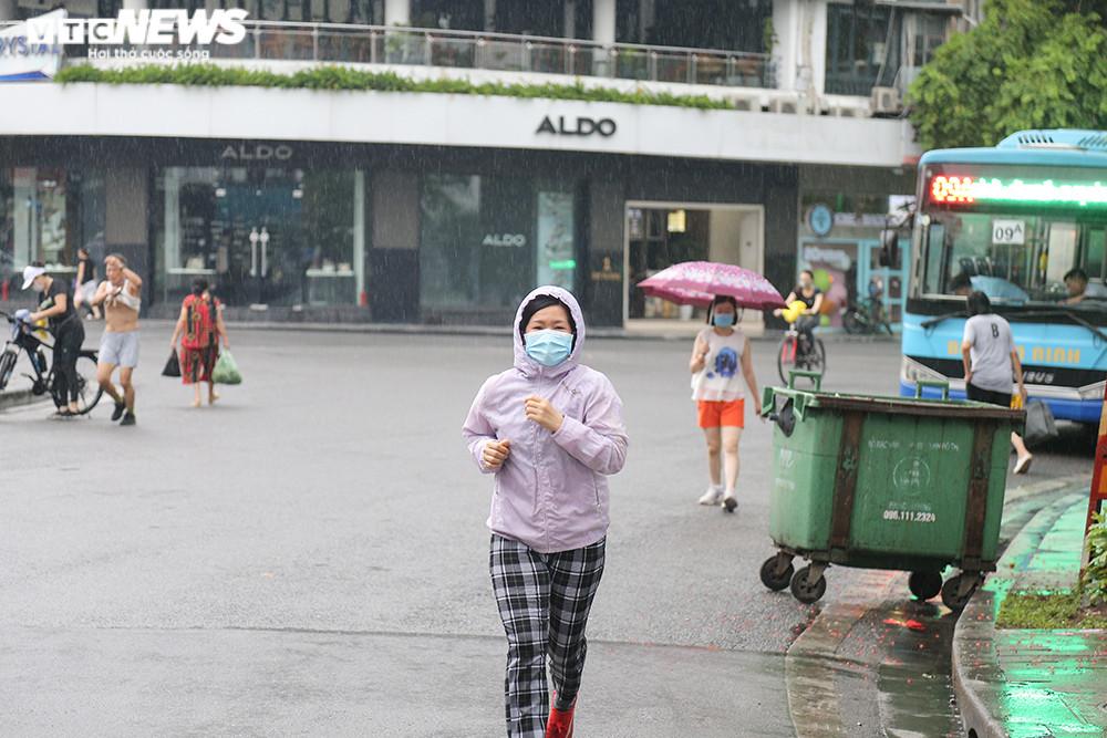 Ảnh:  Bất chấp lệnh cấm, người Hà Nội vẫn ra đường tập thể dục giữa đại dịch - 2