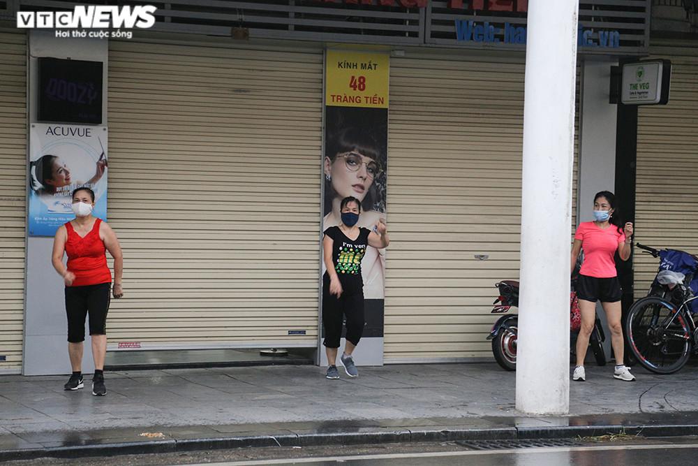 Ảnh:  Bất chấp lệnh cấm, người Hà Nội vẫn ra đường tập thể dục giữa đại dịch - 4