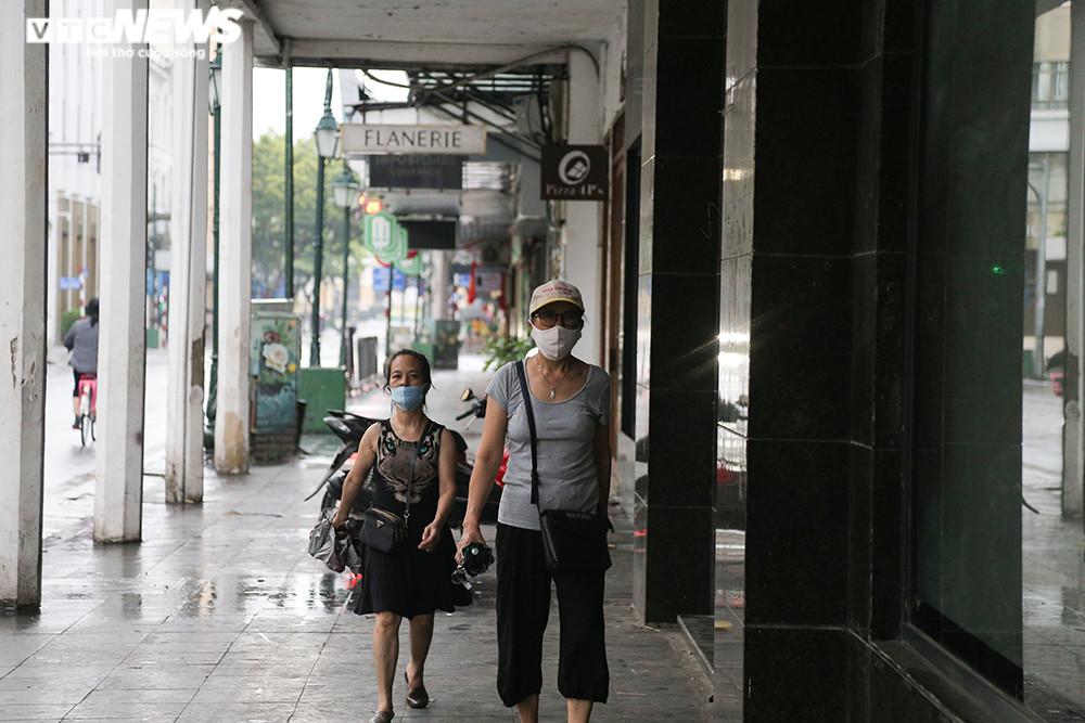 Ảnh:  Bất chấp lệnh cấm, người Hà Nội vẫn ra đường tập thể dục giữa đại dịch - 10