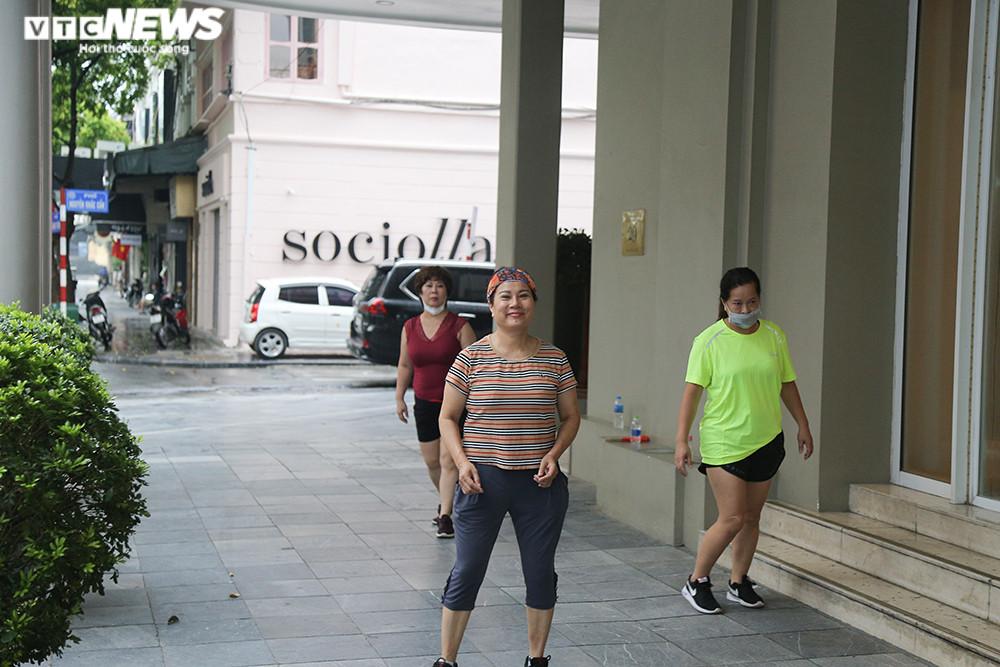 Ảnh:  Bất chấp lệnh cấm, người Hà Nội vẫn ra đường tập thể dục giữa đại dịch - 5