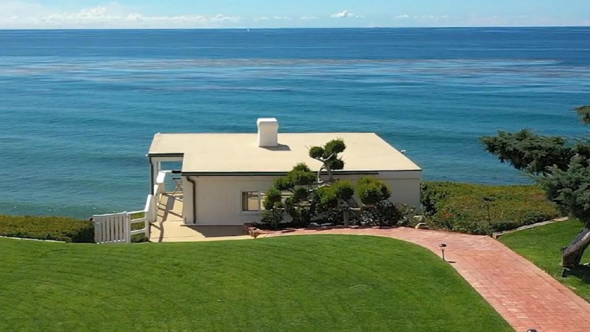 Ngoài khu nhà chính còn có một căn nhỏ nằm sát với biển với đầy đủ tiện nghi từ nhà bếp, phòng tắm với một cầu thang liền kề dẫn xuống bãi biển.