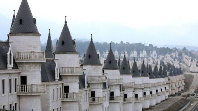 Burj Al Babas - Thị trấn ma với hàng trăm lâu đài cổ tích - 1