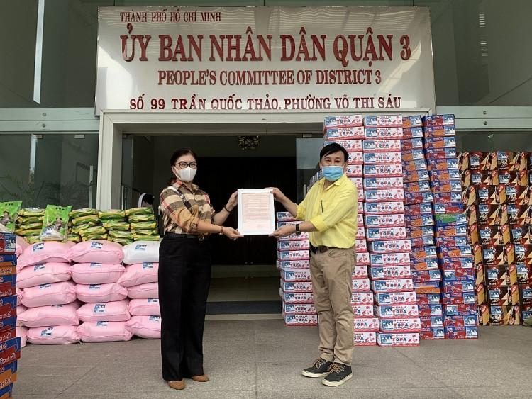 Thầy trò Đan Trường - Trung Quang trao nhu yếu phẩm, động viên người dân chống dịch