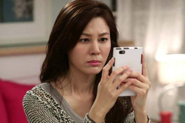 """Đang nghịch điện thoại thì nhận được tin nhắn lạ gửi đến cho chồng: Gửi 50 triệu chưa?"""", người vợ quyết định ly hôn-1"""