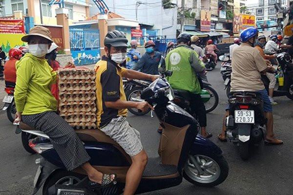 Chùm ảnh cảm xúc nhất lúc này: Thương lắm những người vô gia cư, nhưng Sài Gòn ơi, sẽ giãn cách mà không xa cách!-15