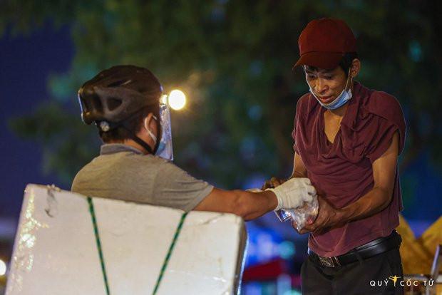Chùm ảnh cảm xúc nhất lúc này: Thương lắm những người vô gia cư, nhưng Sài Gòn ơi, sẽ giãn cách mà không xa cách!-14