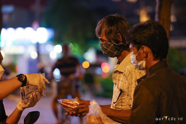 Chùm ảnh cảm xúc nhất lúc này: Thương lắm những người vô gia cư, nhưng Sài Gòn ơi, sẽ giãn cách mà không xa cách!-13