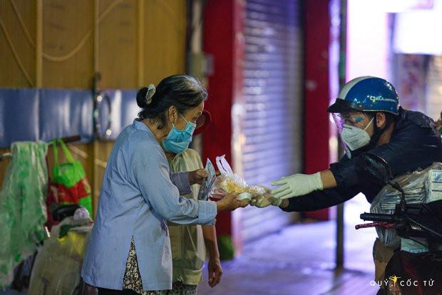 Chùm ảnh cảm xúc nhất lúc này: Thương lắm những người vô gia cư, nhưng Sài Gòn ơi, sẽ giãn cách mà không xa cách!-11