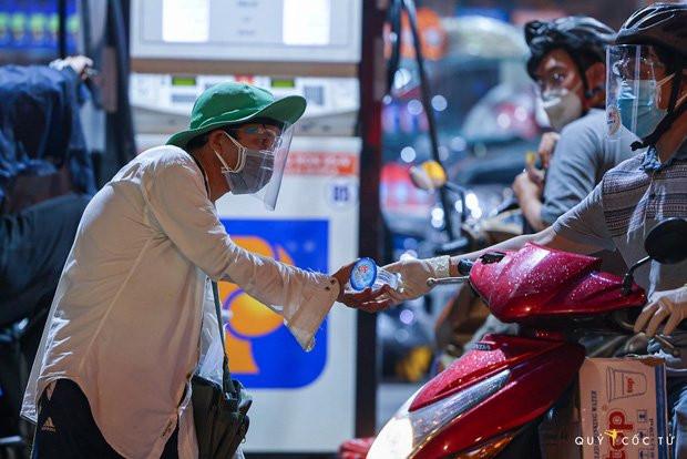 Chùm ảnh cảm xúc nhất lúc này: Thương lắm những người vô gia cư, nhưng Sài Gòn ơi, sẽ giãn cách mà không xa cách!-10