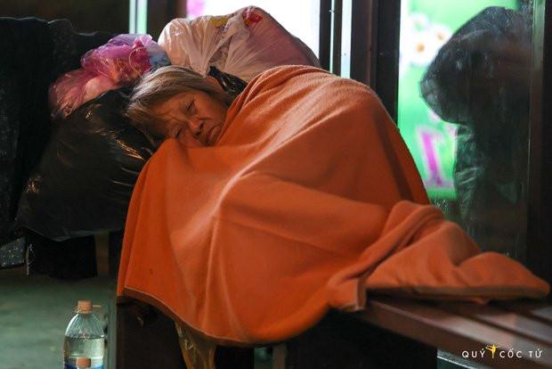 Chùm ảnh cảm xúc nhất lúc này: Thương lắm những người vô gia cư, nhưng Sài Gòn ơi, sẽ giãn cách mà không xa cách!-5