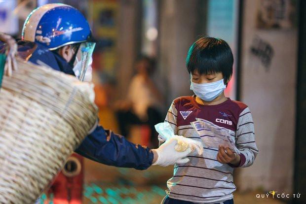 Chùm ảnh cảm xúc nhất lúc này: Thương lắm những người vô gia cư, nhưng Sài Gòn ơi, sẽ giãn cách mà không xa cách!-8