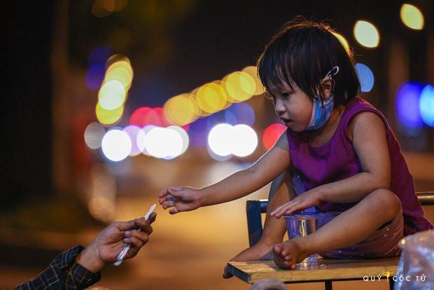 Chùm ảnh cảm xúc nhất lúc này: Thương lắm những người vô gia cư, nhưng Sài Gòn ơi, sẽ giãn cách mà không xa cách!-7