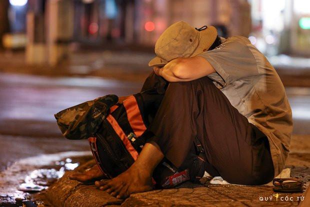 Chùm ảnh cảm xúc nhất lúc này: Thương lắm những người vô gia cư, nhưng Sài Gòn ơi, sẽ giãn cách mà không xa cách!-4