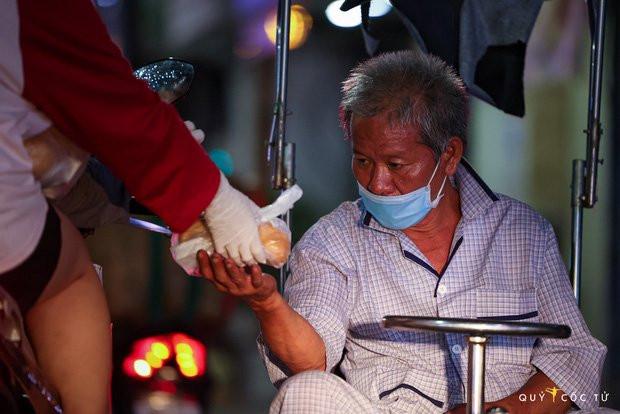 Chùm ảnh cảm xúc nhất lúc này: Thương lắm những người vô gia cư, nhưng Sài Gòn ơi, sẽ giãn cách mà không xa cách!-3