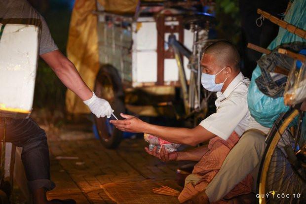 Chùm ảnh cảm xúc nhất lúc này: Thương lắm những người vô gia cư, nhưng Sài Gòn ơi, sẽ giãn cách mà không xa cách!-2