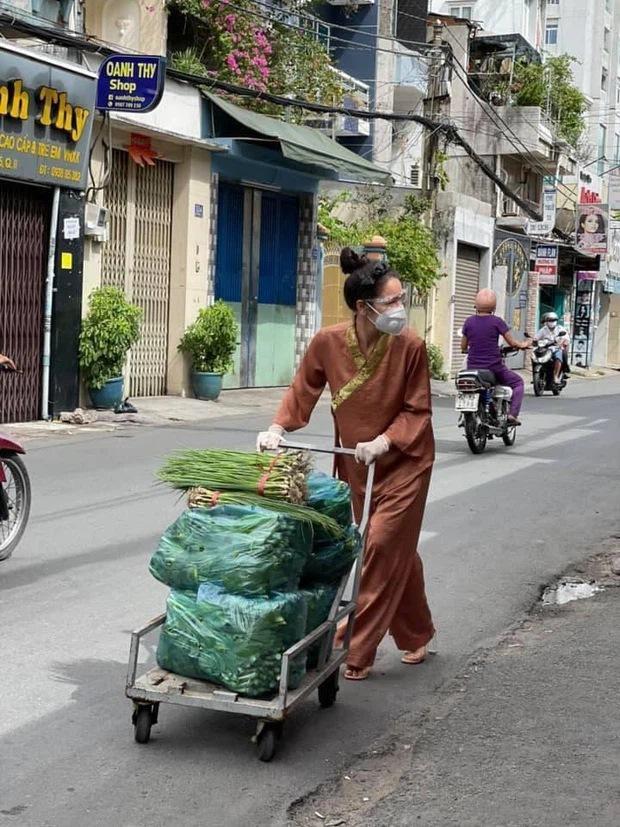 Bộ sưu tập giày lênh khênh, áo hở ngực của mỹ nhân Việt khi đi từ thiện-2