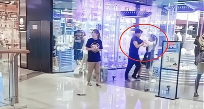Cặp đôi già trẻ đánh nhau giữa trung tâm thương mại, ngao ngán nguyên nhân-1