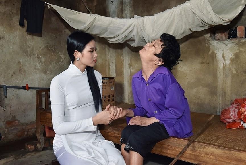 Bộ sưu tập giày lênh khênh, áo hở ngực của mỹ nhân Việt khi đi từ thiện-4