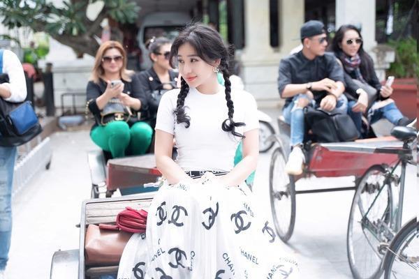 Bộ sưu tập giày lênh khênh, áo hở ngực của mỹ nhân Việt khi đi từ thiện-12